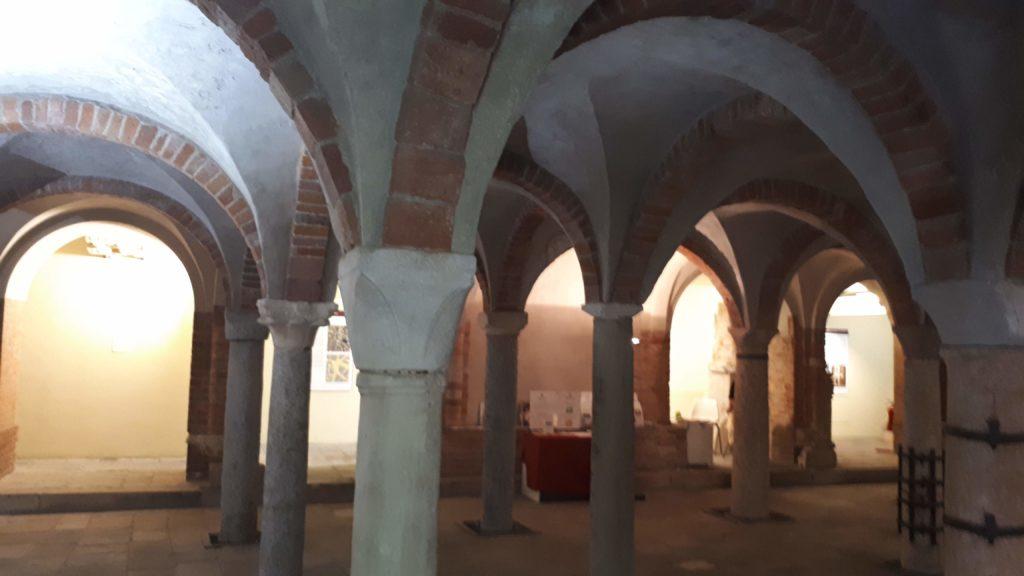 interno cripta di San Sepolcro - milano